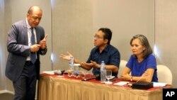 Duta Besar Kamboja untuk Indonesia, Hor Nam Bora (kiri) menginterupsi konferensi pers yang digelar oleh Mu Socha (paling kanan), Wakil Presiden CNRP dan Direktur Eksekutif Kurawal Foundation Darnawan Triwibowo (tengah), di Jakarta, 6 November 2019.