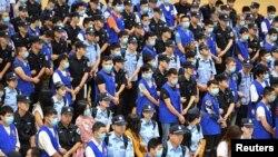 2018年6月16日,中國浙江省舟山,警方押送網上賭博詐騙網絡成員嫌疑人。