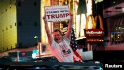 Một ủng hộ viên của ứng cử viên tổng thống bên Đảng Cộng hòa Donald Trump ở New York, ngày 9 tháng 11 năm 2016.