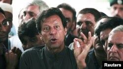 اسلام اباد کې يو مطبوعاتي کانفرنس ته دوينا په مهال عمران خان وويل که چرې حکومت دهغه دنظربند کولو کوشش وکړو نو دپارټۍ کارکوونکي به يې په ټول پاکستان کې سړکونه بلاک کوي.