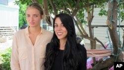 Pasangan lesbian Courtney Wilson (kiri) dan Taylor Guerrero berpose di Honolulu, 28 Oktober 2015.