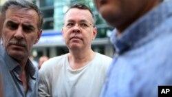 Pendeta AS, Andrew Craig Brunson (tengah) dikenai tahanan rumah di kediamannya di Izmir, Turki.