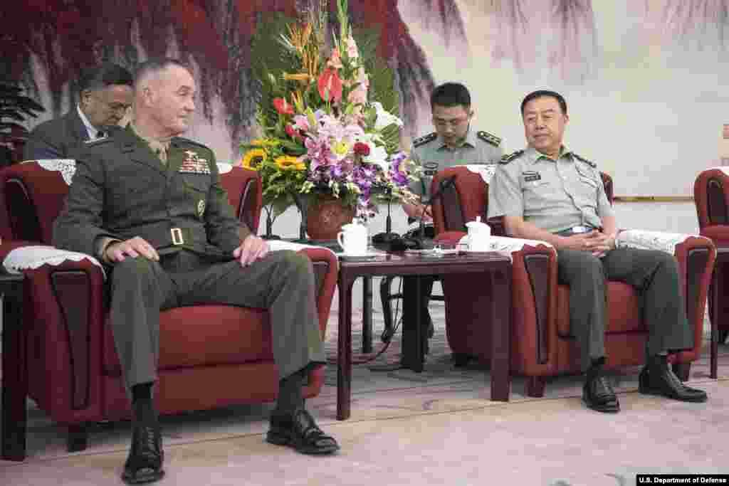 中国军委副主席范长龙在北京八一大楼会见美军参谋长联席会议主席邓福德(2017年8月17日,美国国防部图片)