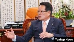 한국의 정의화 국회의장이 17일 오전 여의도 국회 집무실에서 열린 여야 원내대표단 면담에서 주요 정치 현안에 대해 발언을 하고 있다.