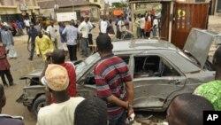 나이지리아 카노시 일어난 폭탄 공격 현장에 사람들이 모여있다.