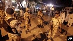 巴基斯坦安全人员2013年5月4日封锁了在卡拉奇发生爆炸的地区
