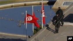 士兵周六在突尼斯市中心一座建筑物上放哨