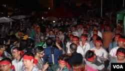 香港民众在港岛中环李嘉诚旗下公司总部长江大厦前抗议(美国之音海彦拍摄)