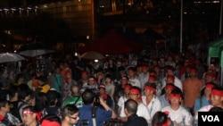 香港民众在港岛中环李嘉诚旗下公司总部长江大厦前抗议 (美国之音海彦拍摄)