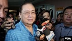 "Jose Miguel ""Mike"" Arroyo (tengah), suami mantan Presiden Filipina Gloria Arroyo menjawab pertanyaan wartawan di Quezon City setelah pengadilan Filipina mengeluarkan surat perintah penangkapan (13/3)."