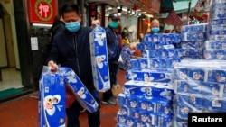 一名戴著口罩的顧客在香港一家超市裡購買手紙。(2020年2月8日)