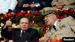 Le président algérien Abdelaziz Bouteflika et le général Ahmed Gaed Salah, chef d'état-major de l'armée à Cherchell, à l'ouest d'Alger le 27 juin 2012. REUTERS / Ramzi Boudina // Archives