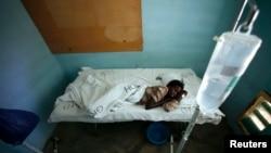 Mariam Dagane, qui est infecté par la fièvre de la vallée du Rift, se repose dans l'hôpital de Garissa, 390 km au nord-est de Nairobi, le 9 janvier 2007.