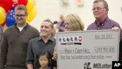 Mark dan Cindy Hill dari Missouri memenangkan undian lotre Powerball senilai $588 juta (30/11).