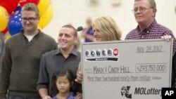 30일 파워볼 복권 1등 미주리 주 당첨자인 마크, 신디 힐 부부(오른쪽)와 가족들.