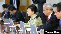 박근혜 한국 대통령이 10일 청와대에서 열린 국무회의에서 모두발언을 하고 있다.