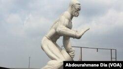 Le batteur de tam-tam, statue inaugurée en 1969 par le président Mobutu, trône encore à la foire de Kinshasa, RDC, le 19 septembre 2017 (VOA/Abdourahmane Dia)