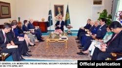 Le général McMaster rencontre Nawaz Sharif le 17 avril 2017.
