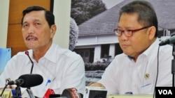 Menkopolhukam Luhut Binsar Panjaitan (kiri) bersama Menteri Komunikasi dan Informatika Rudiantara memberikan konferensi pers di kantor Kemenkopolhukam di Jakarta, Selasa 22/3 (VOA/Fathiyah).