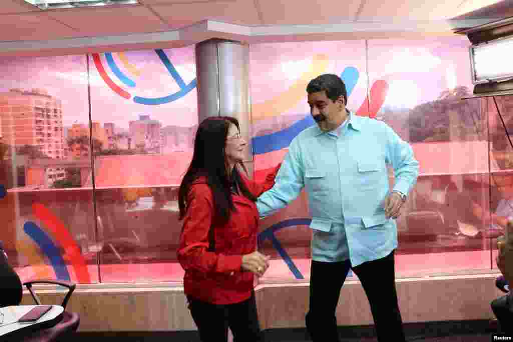 رقص نیکولاس مادورو رئیس جمهور ونزوئلا، با همسرش در برنامه رادیویی اش در کاخ میرافلورز در کاراکاس، پایتخت این کشور. /ت