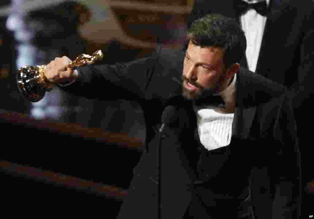 "Sutradara dan produser Ben Affleck menerima piala Oscar kategori film terbaik untuk ""Argo"" dalam Academy Awards ke-85 di Hollywood, California (24/2). (Reuters/Mario Anzuoni)"