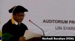 Abdul Mu'ti dalam pidato pengukuhannya sebagai Guru Besar Bidang Ilmu Pendidikan Agama Islam di Universitas Islam Negeri (UIN) Syarif Hidayatullah, Jakarta. (Foto: VOA/Nurhadi Sucahyo)