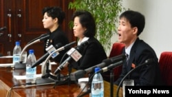 지난 1월 한국에 정착했다가 재입북한 탈북자들이 평양에서 기자회견을 하고 있다. (자료사진)