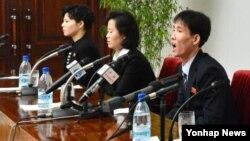 지난해 1월 탈북자 김광호씨 부부와 또 다른 탈북 여성 고경희(왼쪽) 씨가 북한으로 귀환해 인문문화궁전에서 기자회견을 했다고 조선중앙통신이 보도했다. (자료사진)