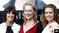 """Nora Ephron me aktoret Meryl Streep dhe Amy Adams në premierën e filmit """"Julie dhe Julia"""""""
