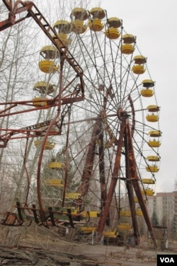 FILE - The ferris wheel at the abandoned Pripyat amusement park adjacent to Chernobyl, March 20, 2014. (S. Herman/VOA)