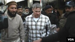 Para pejabat AS menyerukan agar diplomat AS, Raymond James (tengah) yang dituduh melakukan pembunuhan, agar dibebaskan.