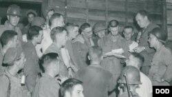 미 국방부가 한국전쟁 초기에 촬영한 158 점의 사진들을 전시한 웹사이트를 개설했다. 이 사진은 1950년 7월 25일 한국전쟁에 참전한 제1기갑부대 13 통신대원들이 가족에게서 온 편지를 기다리고 있는 모습.
