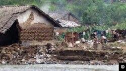 평안남도 성천군 암포리에서 최근 홍수로 파괴된 집. 가족들은 집 밖에서 지내고 있다. 적십자 평양사무소 제공 사진.