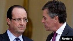 法國總統奧朗德(右)1月4日在愛麗舍宮與當時的預算部長杰羅姆.卡于扎克談話。
