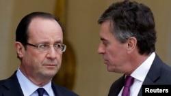 Presiden Perancis Francois Hollande (kiri) dan Menteri Anggaran, Jerome Cahuzac di Paris (foto: dok). Jerome Cahuzac mengaku memiliki rekening hasil korupsi di bank asing.