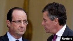 Tổng thống Pháp Francois Hollande (trái) và Bộ trưởng Ngân sách Pháp Jerome Cahuzac. Ông Cahuzac đã từ chức hai tuần trước đây. Hôm thứ Ba, ông chính thức bị buộc tội tẩy rửa các khoản tiền có được nhờ gian lận thuế.
