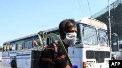 خاوێن کردنەوەی بنکەی ئوتوبوس لە شاری کۆلۆمبو، سری لانکا
