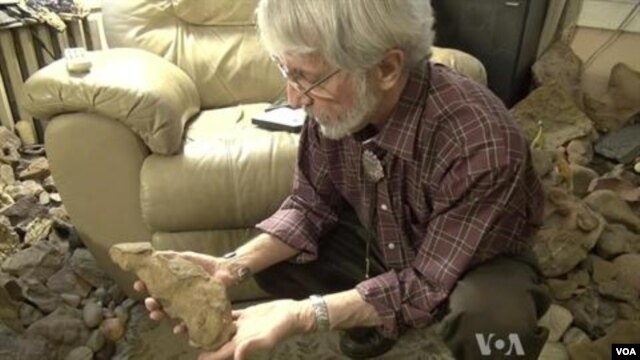 Ray Stanford busca huellas de dinosaurios en los suburbios de Washington.