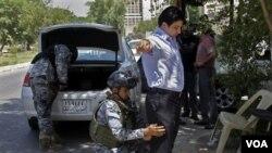 Pasukan keamanan Irak melakukan pemeriksaan kendaraan di Baghdad (foto: dok). Serangan atas kompleks pemerintah di Baquba menimbulkan kekhawatiran kesiapan pasukan keamanan Irak.