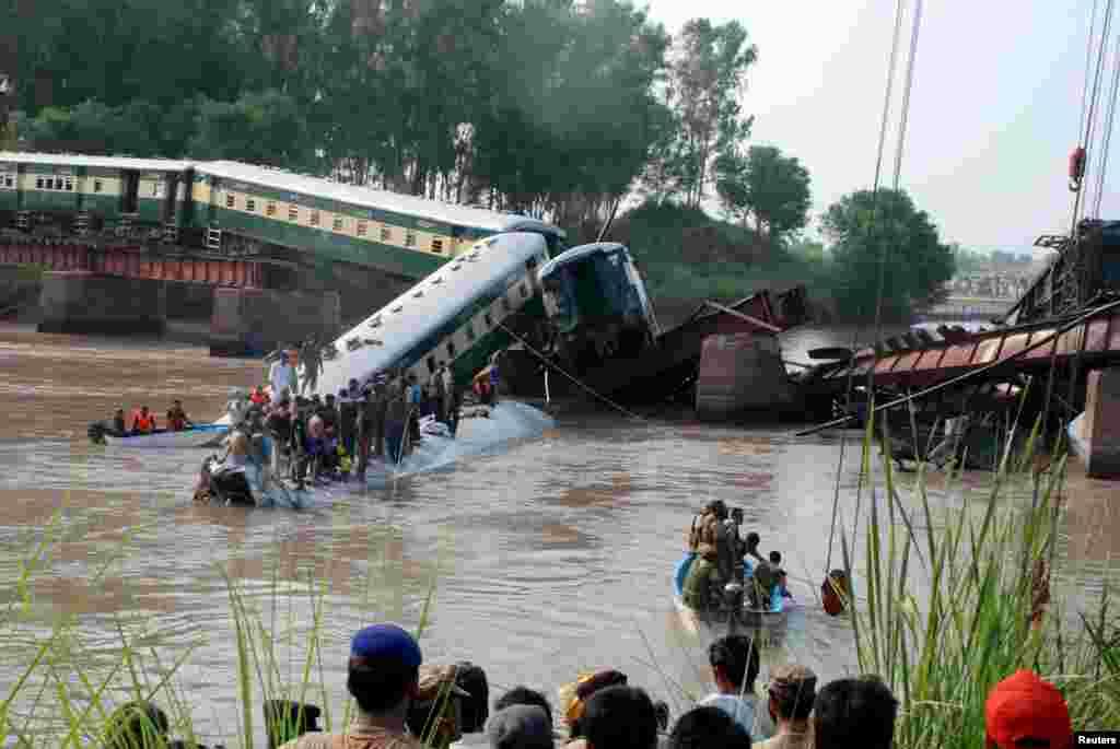 پاکستان میں ریل گاڑی نہر میں گرنے سے ہلاکتوں کی تعداد 17 تک پہنچ گئی ہے۔