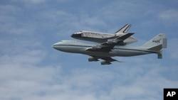 """""""Diskaveri"""" fazo kemasi NASAga qarashli Boing samolyotining ustida Vashingtonga yetkazildi, 17-aprel, 2012-yil"""