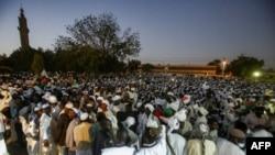 Les partisans de Sadiq al-Mahdi, ancien Premier ministre soudanais et chef du parti de l'opposition Umma, se sont rassemblés devant une mosquée située dans la mosquée d'Omdurman, la ville jumelle de la capitale, Khartoum, le 19 décembre 2018.
