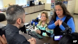 Rowan County Clerk Kim Davis, right, talks with David Moore following her office's refusal to issue marriage licenses at the Rowan County Courthouse in Morehead, Kentucky, Sept. 1, 2015.
