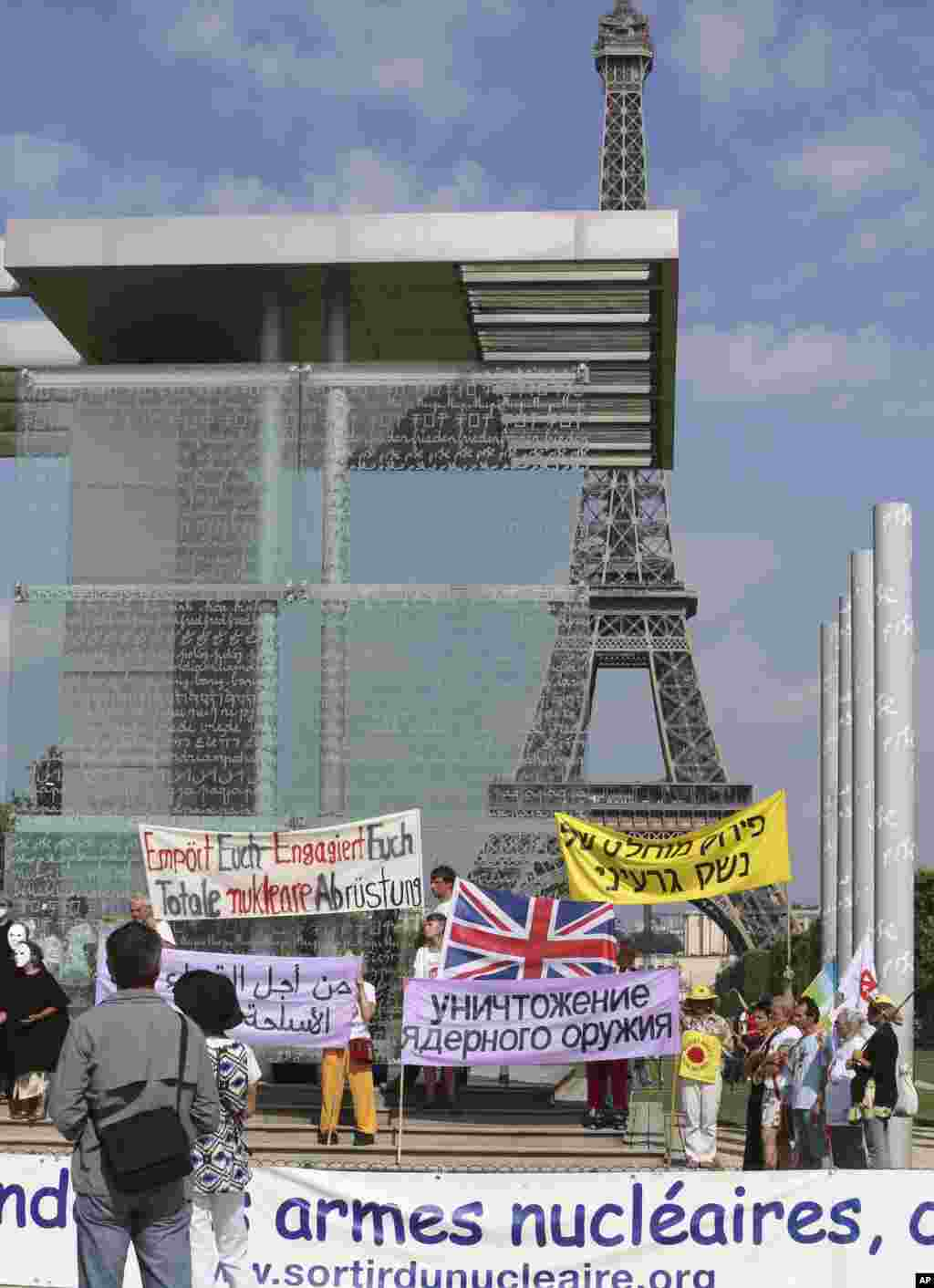 Pacifists stage a demonstration at the Peace Wall in Paris, to commemorate the 68th anniversary of the atomic bombing of Nagasaki, August 9, 2013.