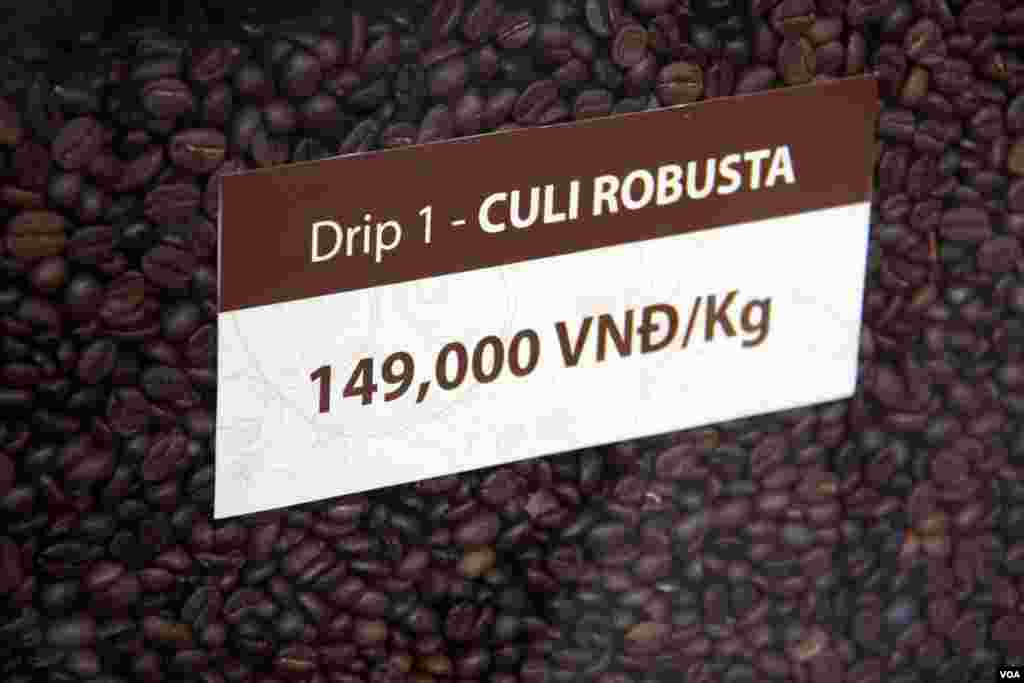 Vietnam mainly produces Robusta beans (D. Schearf/VOA)