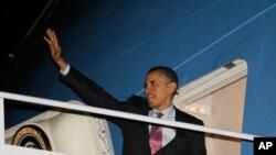 서울 핵안보 정상회의 참석을 위해 24일 미국 워싱턴 앤드류 공군기지를 출발하며 손을 흔드는 바락 오바마 미 대통령