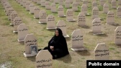 16일 이라크 할라브자 대학살 25주년을 맞아, 희생자 묘소를 찾은 여성.
