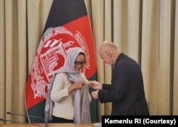 """Presiden Afghanistan Ashraf Ghani menganugerahkan Bintang Kehormatan """"Malalai"""" kepada Menteri Luar Negeri Indonesia Retno Marsudi atas kerja keras memajukan hubungan bilateral kedua negara, 1 Maret 2020."""
