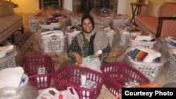 Seorang anggota Koalisi Muslimah AS menyiapkan keranjang Ramadan untuk dibagikan kepada kelompok dhuafa.