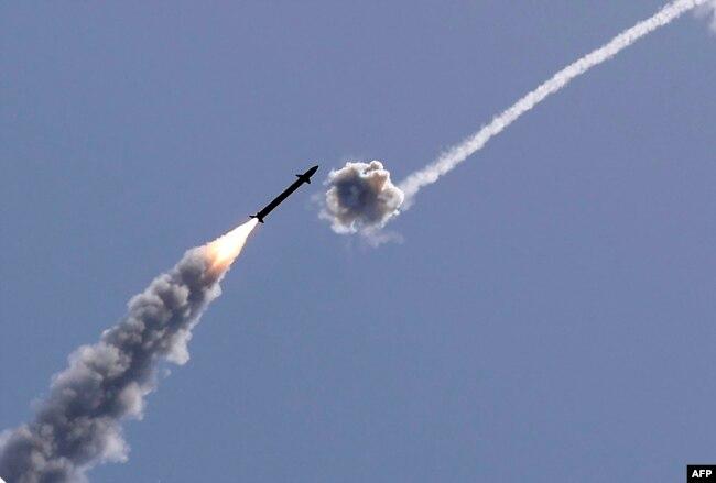 İsrail'in Demir Kubbe savunma sistemi, Gazze'den Hamas tarafından fırlatılan bir roketi etkisiz hale getiriyor.